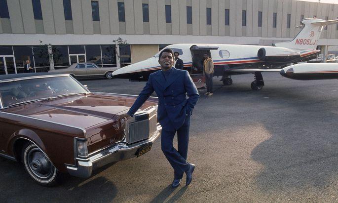 Auch James Brown hatte einen. Der US-Soul-Sänger vor seinem Learjet 24 am Flughafen von Los Angeles, 1969.