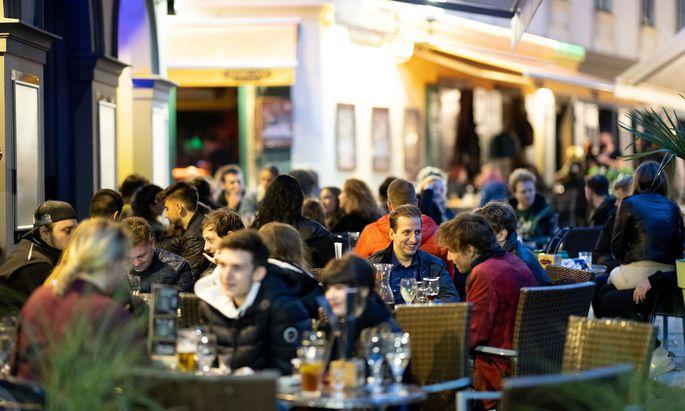 Zu den Lockerungen in der Gastronomie dürfte auch zählen, dass bald wieder mehr Menschen an einem Tisch sitzen dürfen.