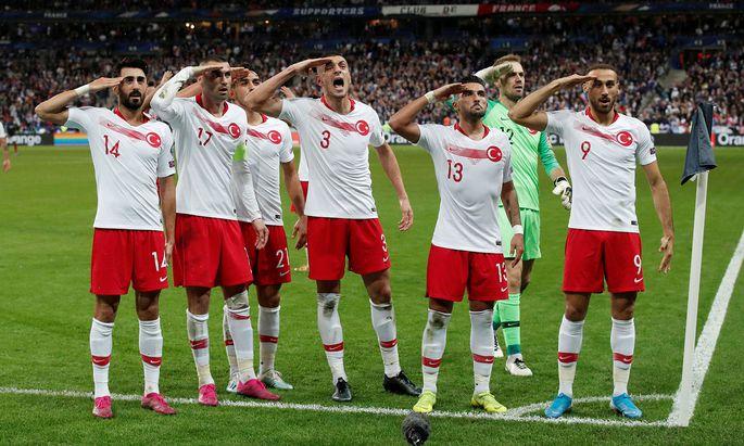 In einer Reihe stehend salutierten die türkischen Nationalspieler vor ihrem großen Publikum.