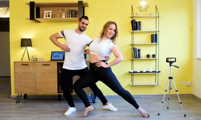 Beige Böjte und Sergio Mendoza Mato tanzen jetzt online.Beige Böjte und Sergio Mendoza Mato tanzen jetzt online.