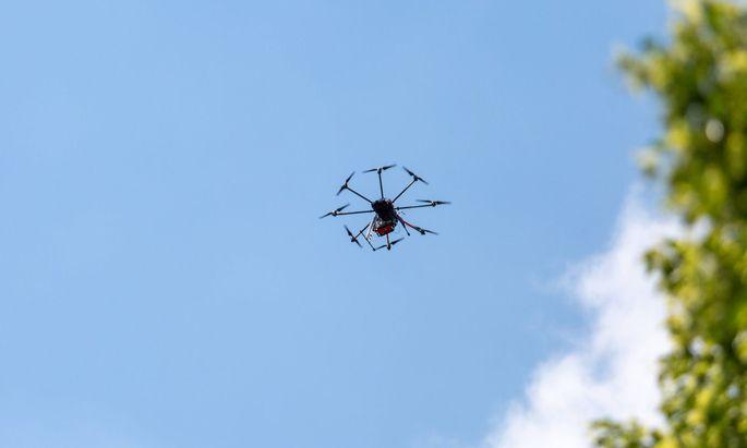 Neben dem Platzverbot wird auch ein Flugverbot - insbesondere für Drohnen - über dem Veranstaltungsort in Gamlitz verhängt.