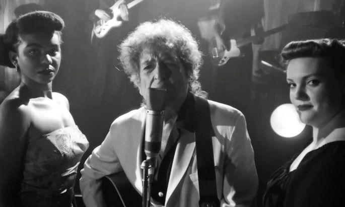 """So sieht man Bob Dylan - hier mit zwei Frauen aus dem """"Publikum"""" - in """"Shadow Kingdom""""."""