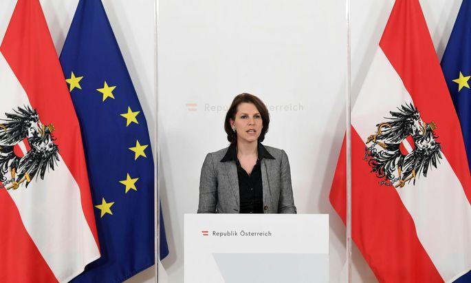 Die Verfassungsministerin lädt zu einer Pressekonferenz ohne Inhalt.