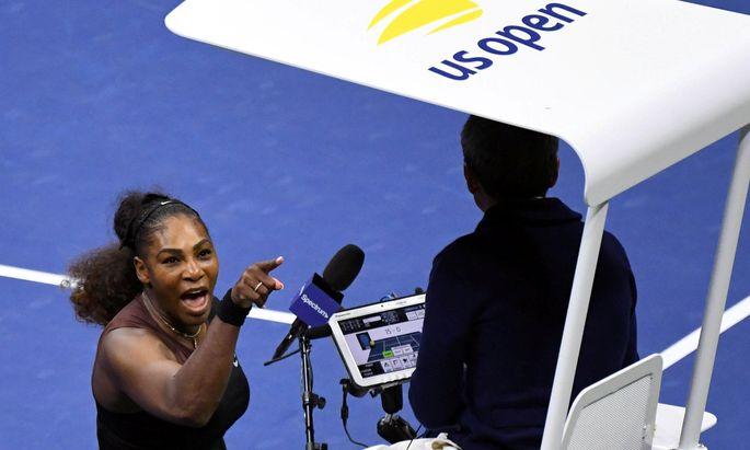 Serena Williams beschimpft den Schiedsrichter.
