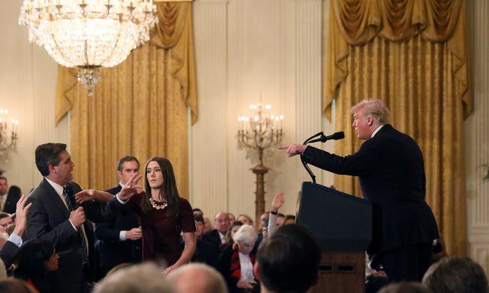 Die Szene, die zum Eklat führt: Donald Trump weist CNN-Korrespondenten Jim Acosta zurecht, der sich ans Mikro klammerte.