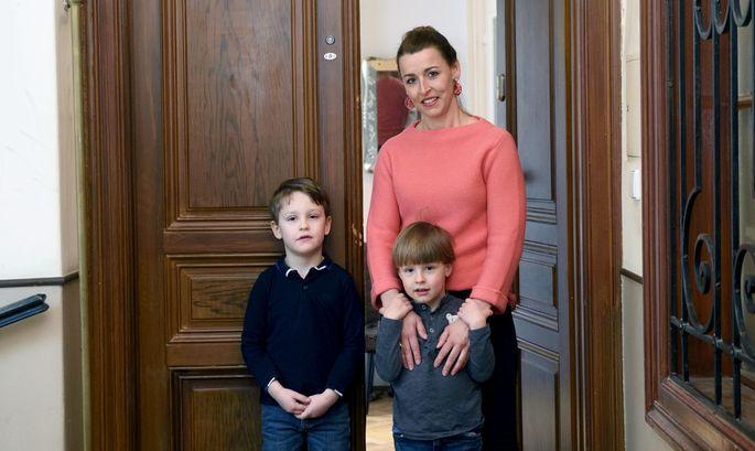 Ein Bild mit gebotenem Sicherheitsabstand: Erika Bürk und ihre Söhne Ferdinand (6) und Constantin (5) vor ihrer Wohnungstüre.