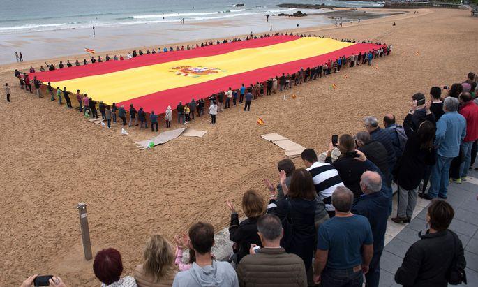 Für die nationale Einheit: Die rechtspopulistische Vox feiert sich mit einer enormen spanischen Fahne.