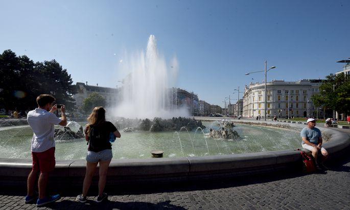 Der Sprühnebel des Hochstrahlbrunnens kühlt angenehm in Zeiten der Hitze.