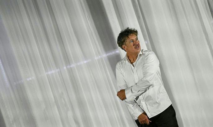 """Tobias Moretti bei der """"Jedermann""""-Premiere - wetterbedingt im Festspielhaus."""