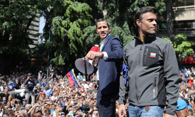 López (rechts im Bild) sucht Schutz in Chiles Botschaft
