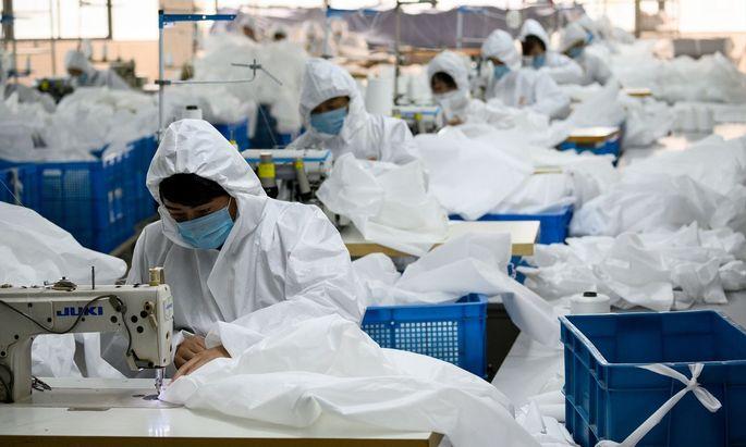 Abstand halten und Maske tragen – so wird in China gearbeitet.