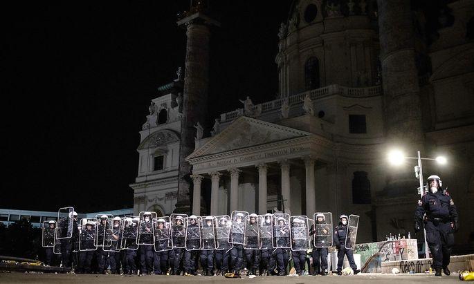 Am Wiener Karlsplatz kam es zu Auseinandersetzungen mit der Polizei.
