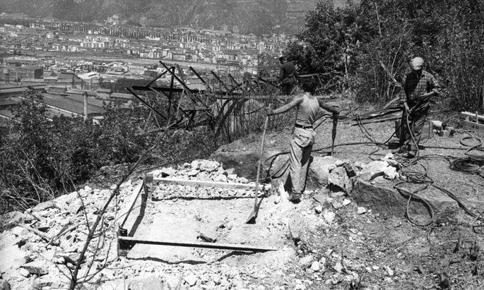 """So fing der Terror an: In der """"Feuernacht"""" 1961 wurden Anschläge auf Strommasten verübt, wie hier bei Bozen."""