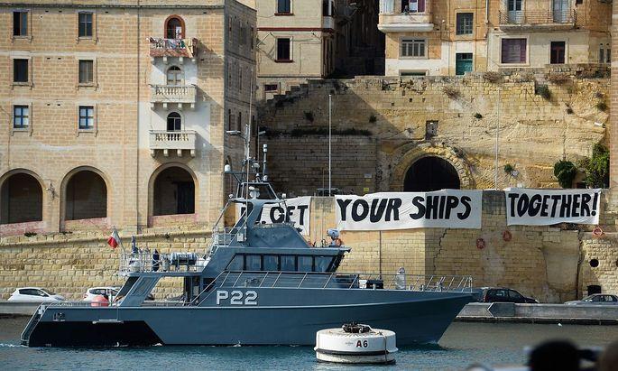 """""""Get Your Ships Together"""" fordern Demonstranten auf Malta bei einem Treffen von vier Innenministern über das Thema Migrantenverteilung."""