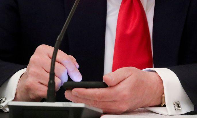 Was Amtsträger in ihre Handys tippen - oder per Brief versenden -, kann das privat sein?