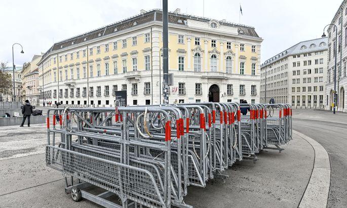 Absperrgitter vor dem Bundeskanzleramt in Wien.