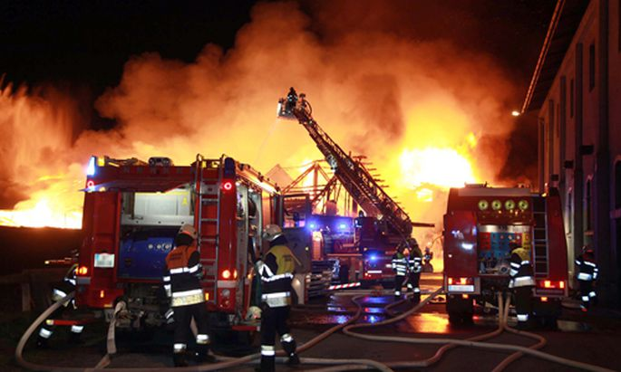 Die Feuerwehr war mit 120 Einsatzräften damit beschäftigt, den Brand in den Griff zu bekommen.