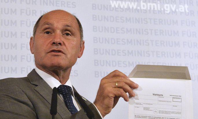 """""""Wer den Schaden hat, hat den Spott"""", so Innenminister Wolfgang Sobotka gestern. Er präsentierte eine defekte Wahlkarte und gab bekannt, die Wahl werde verschoben."""