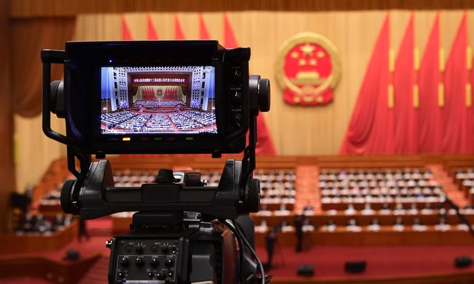Eine angebliche französische Reporterin beschönigt Chinas Unterdrückungspolitik in Xinjiang.