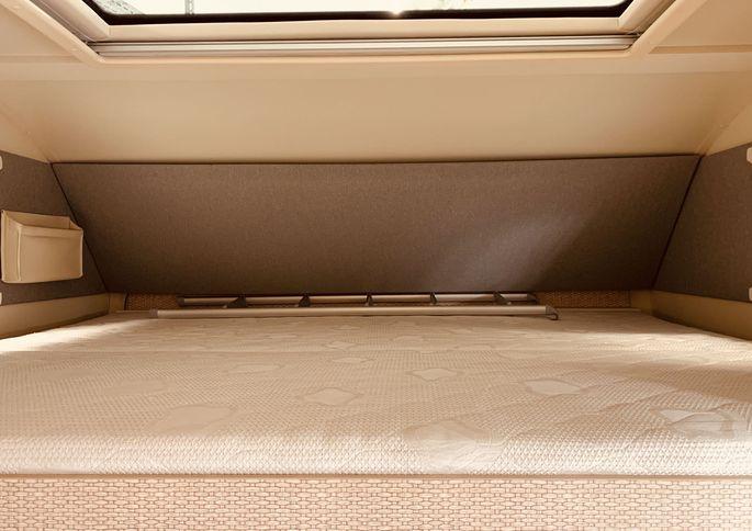 Die moderne Interpretation des Alkovens: Eine Schlafnische in einem Wohnmobil.