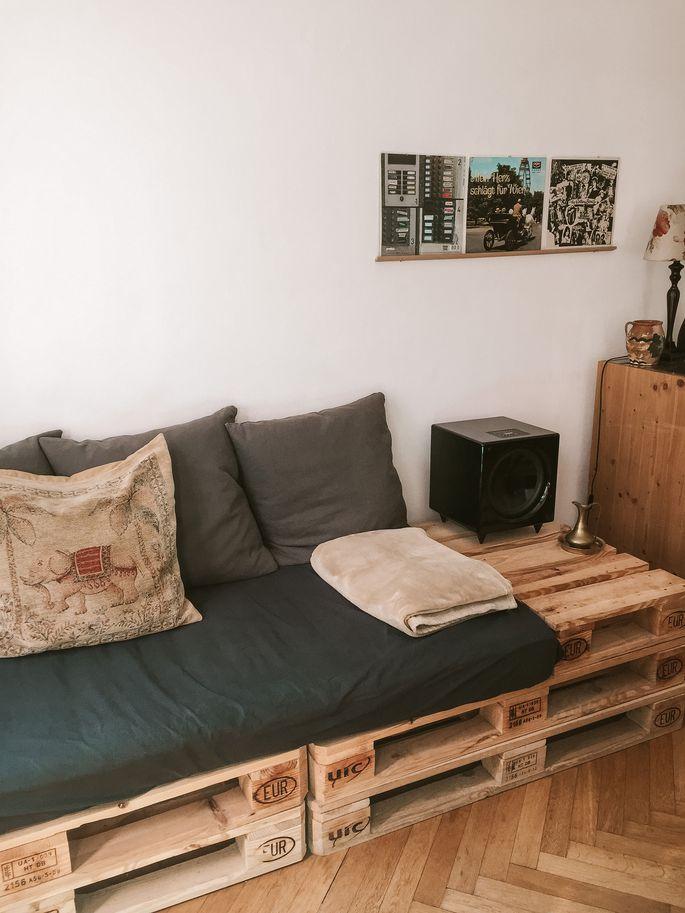 Die Möbel sind selbst gebaut aus Paletten, die Vintage-Accessoires bezeugen Lili Tars Faible für die 1950er-Jahre.