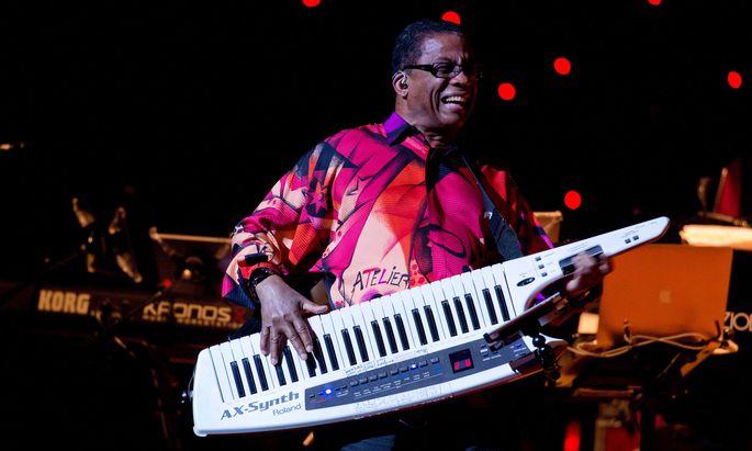 Mit tragbarem Synthesizer: Herbie Hancock, am 12. Dezember live in der Wiener Stadthalle.