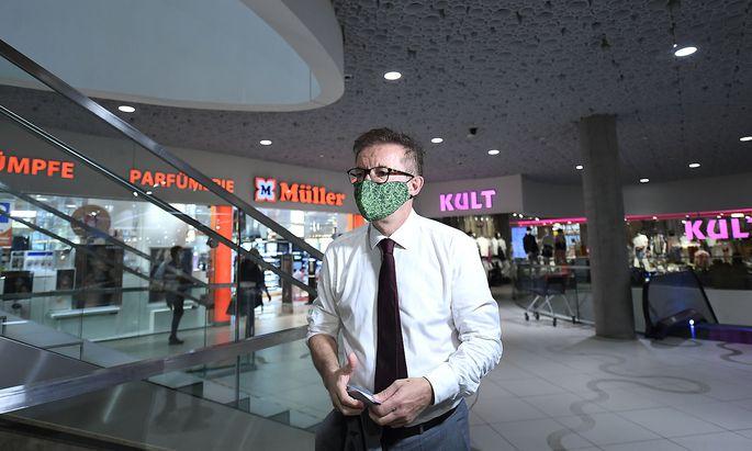 Archivbild: Gesundheitsminister Rudolf Anschober bei einem Lokalaugenschein in einem Wiener Einkaufszentrum im September.