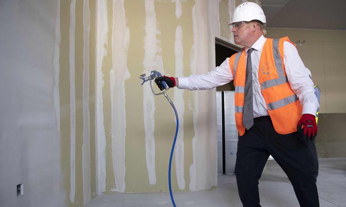 Bitte nicht anpatzen: der britische Premierminister, Boris Johnson, im August beim Besuch der Baustelle eines Spitals in Hereford, Westengland.