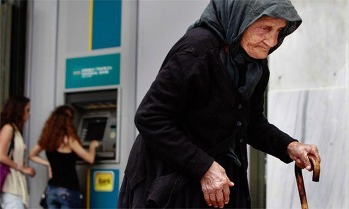 Griechen heben ungebremst Geld