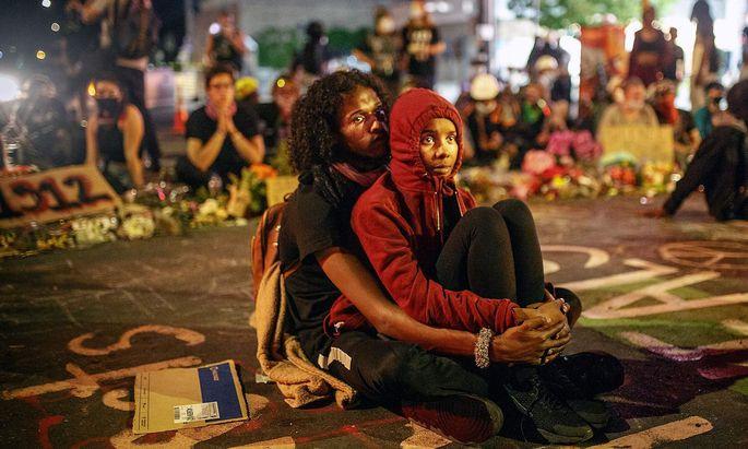 Ein Bild von den Protesten in der US-Stadt Minneapolis am Montag.