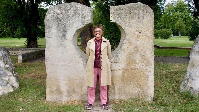 Tina Zickler im Park der Ruhe und Kraft auf dem Wiener Zentralfriedhof.
