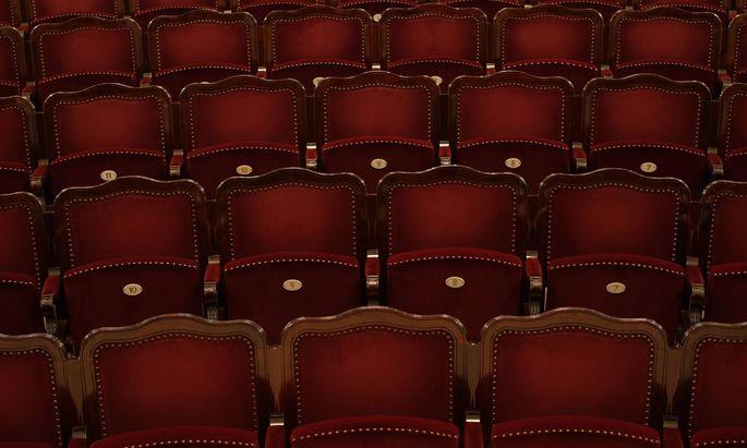 Leere Sitzreihen.