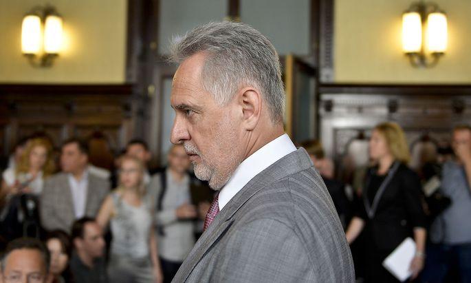 Firtasch am Dienstag vor Verhandlungsbeginn im Justitzpalast in Wien.