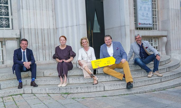 Florian Phelps (Tirol Werbung), Ingried Brugger (BA Kunstforum), Elisabeth Gürtler (Astoria Seefeld), Michael Schade (Tenor) und Werner Frießer (Bürgermeister Seefeld und Bergbahnen-Vorstand) werben gemeinsam für eine Sommerfrische in Seefeld.