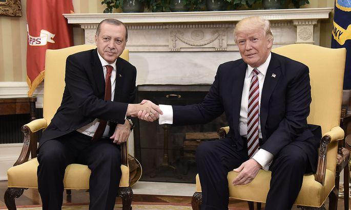 Archivbild aus dem Jahr 2017: Der türkische Präsident Erdogan (li.) soll sich um den IS kümmern, meint US-Präsident Donald Trump.