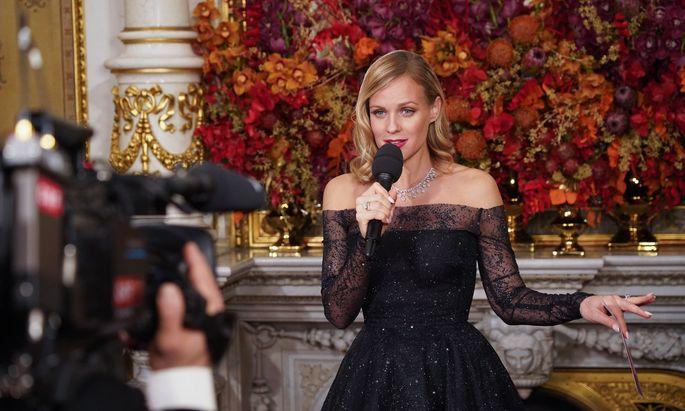Mirjam Weichselbraun während ihrer Opernball-Moderation
