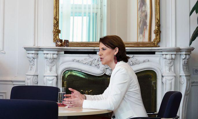Welche Verfassungsänderungen braucht es? Karoline Edtstadler lädt zum runden Tisch.