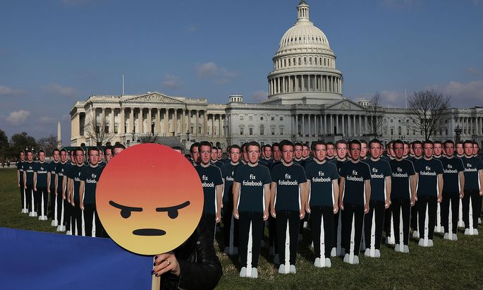 Mit Dutzenden Mark-Zuckerberg-Figuren wurde am Dienstag vor dem vor dem Capitol protestiert
