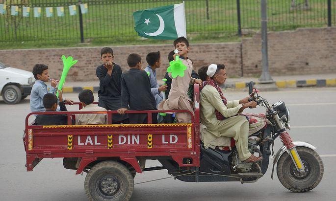 In Pakistan feiert man den Unabhängigkeitstag und nützt die Feiern für Drohgebärden in Richtung Indien.