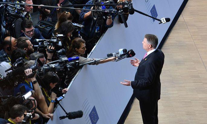 Präsident Johannis tritt als Gastgeber des heutigen EU-Gipfeltreffens auf. Die Regierung ist auf einer Gegenveranstaltung.
