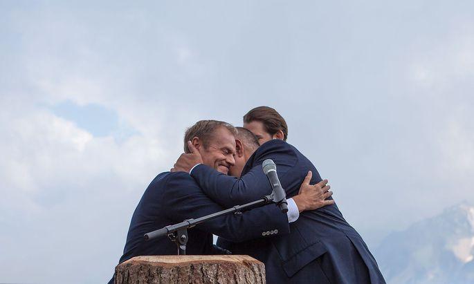 Ein Bild vom Eröffnungsevent der EU-Ratspräsidentschaft Österreich auf der Planai: EU-Ratspräsident Boris Juncker umarmt den bulgarischen Premierminister Boyko Borisov vor den Augen von Sebastian Kurz.