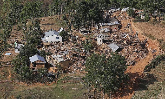 Bilder wie diese aus Sindhupalchowk zeigen die katastrophale Lage in den abgelegenen Gegenden nach dem Beben in Nepal.