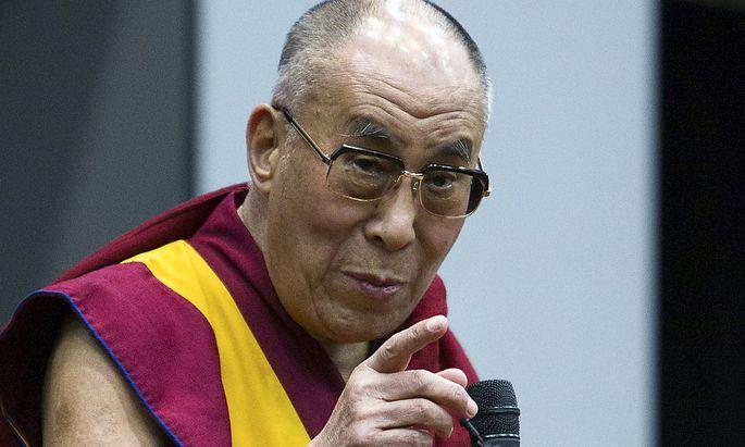 Der Dalai-Lama bei einem Vortrag.