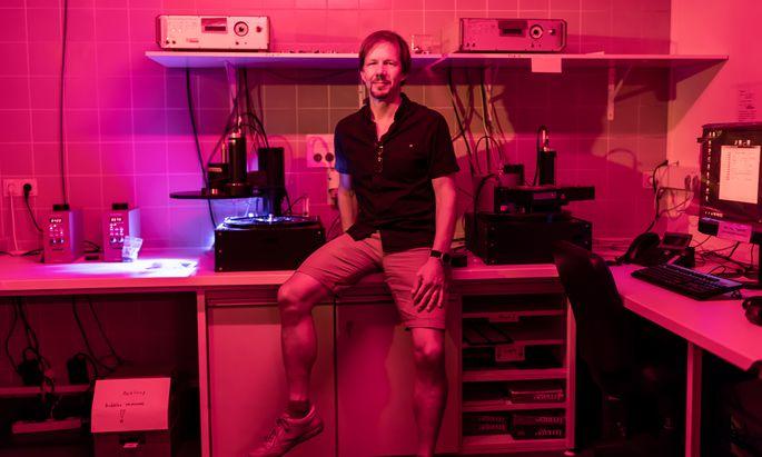 """""""Mit der Lumineszenzmessung können wir Proben 200.000 bis 300.000 Jahre zurückdatieren"""", erklärt Laborleiter Michael Meyer."""