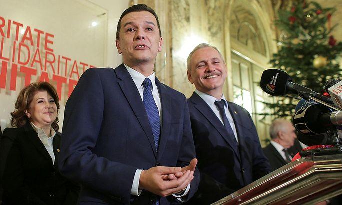 Sorin Grindeanu (Mitte) wird der nächste rumänische Premierminister.
