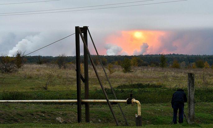 Rauch und Feuerbälle am Himmel über Druschba.