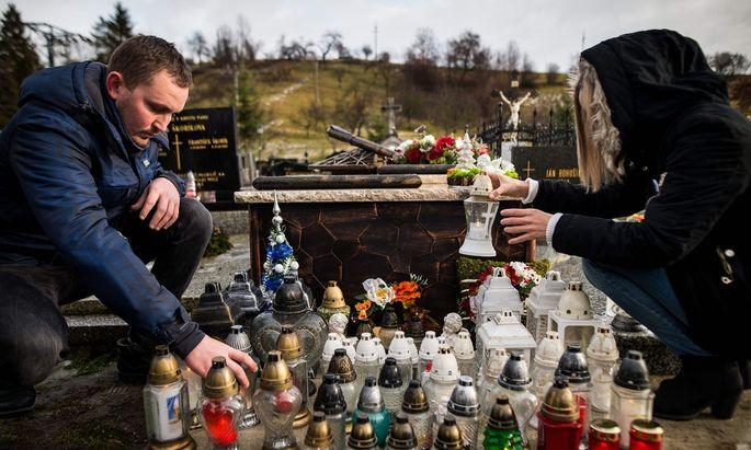 Die Geschwister Jan Kuciaks am Grab ihres Bruders.