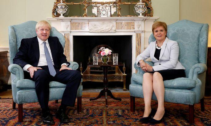 Ein Bild aus dem vergangenen Sommer, als Boris Johnson nach Schottland reiste und die dortige Regierungschefin Nicola Sturgeon besuchte.