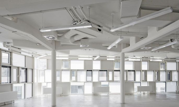 Ein ausgeklügeltes System aus transparenten, transluzenten und opaken Teilen prägt den Bau von Holodeck architects.