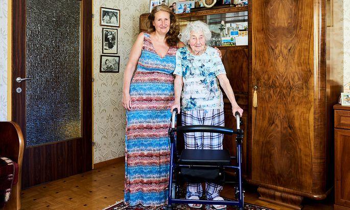 Brigitte Rudolf pflegt ihre Mutter, Anna Turecek, – mit Unterstützung.